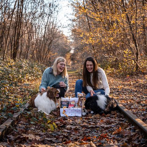 Valerie Aegten, Bauke Pinxten en honden met hondenbox - Dierencadeau - Oudsbergen